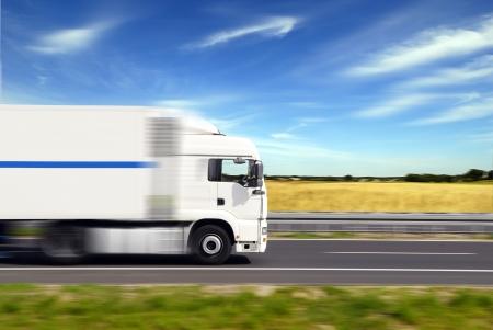 LKW mit Fracht moving fast Lizenzfreie Bilder
