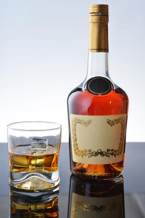 botella de whisky: Composición sencilla de vidrio y botella de whisky. Foto de archivo