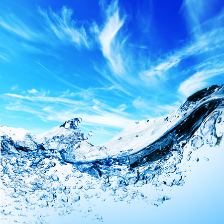 하늘 아래 물 속에 거품