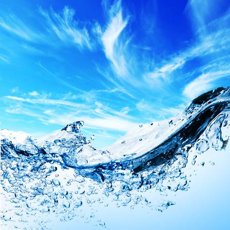 bubbels in het water onder hemel