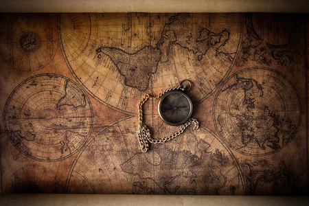 Compás de la vendimia en el viejo mapa Foto de archivo