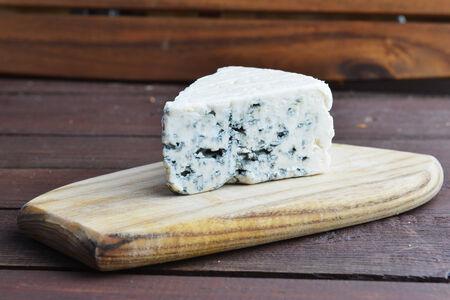 tabla de quesos: Queso fresco y delicioso en quesos de madera Foto de archivo