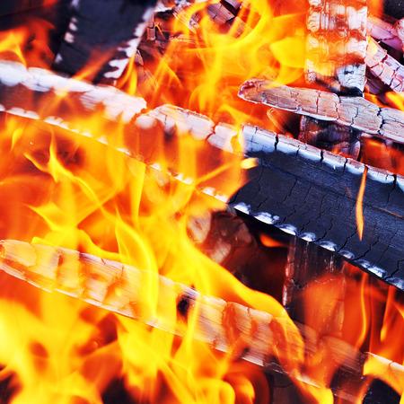 glut: Das Niederbrennen Feuer. Letzte Glut und Asche
