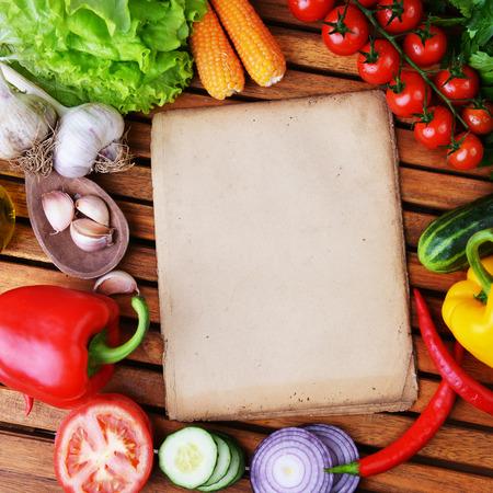 cuerno de la abundancia: verduras frescas y aceite de oliva en el fondo de madera