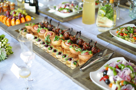boda: Lugar de recepción de boda listo para huéspedes. tabla con comida y bebida  Foto de archivo