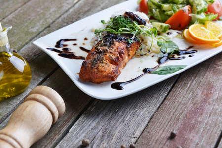plato de pescado: pescados asados, arroz y verduras en el plato Foto de archivo