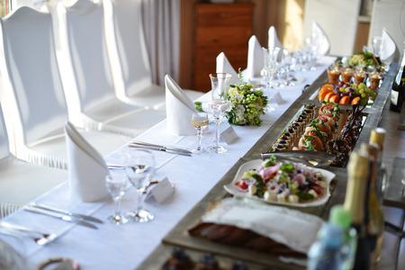 Lieu de réception de mariage prêt pour les invités. table avec la nourriture et boisson  Banque d'images - 41729043