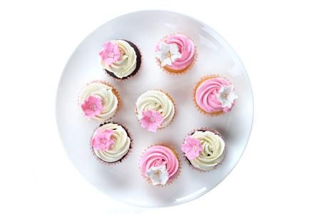 tortas de cumpleaños: Pequeñas tortas con dulce guinda en el fondo blanco