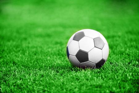 緑の芝生の上のサッカー ボール。夏の日