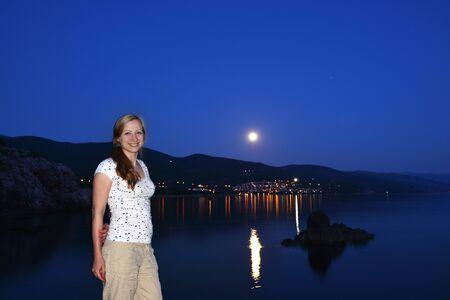 noche y luna: luna brillante ilumina orilla del mar. Noche en el resort