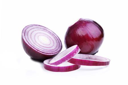 Scheiben geschnittene rote Zwiebeln auf weißem Hintergrund