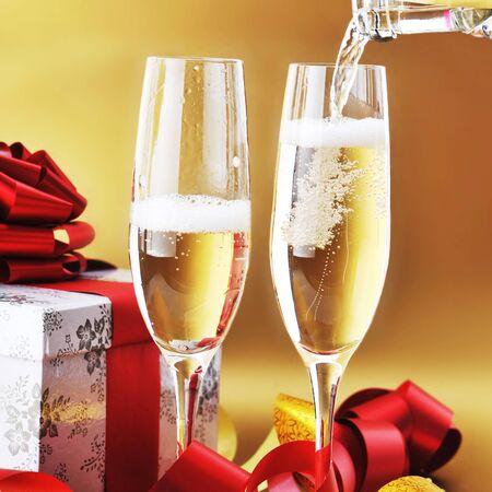 anteojos: dos vasos de shampagne sobre la mesa festiva