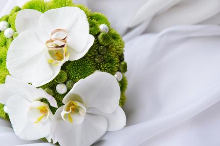 bruid boeket en bruiloft gouden ringen Stockfoto