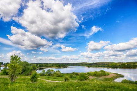 rivier en blauwe hemel. zomer landschap