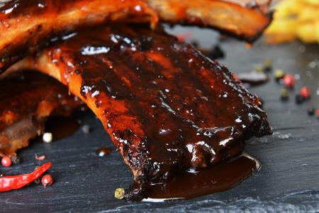 costelas de porco frito e pimenta na chapa