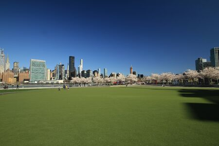 Spring in New York, view from LIC to Manhattan Foto de archivo