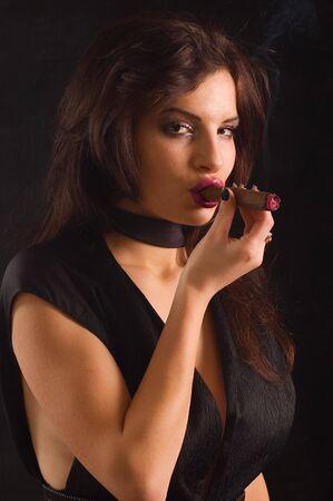 cigarro: Retrato de una joven mujer sensual con cigarrillo