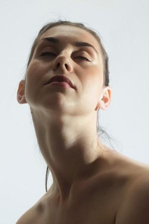 Retrato de una joven y bella mujer cauc�sicos con cuello largo, el concepto de tratamiento de belleza con los ojos cerrados  Foto de archivo - 7020439