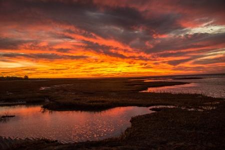 ケープコッド湾や湖沼の色鮮やかな夕焼け 写真素材