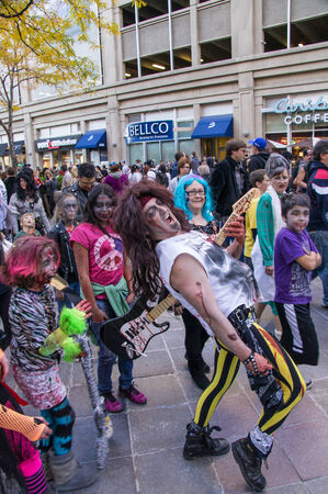 najechać: Zombies invade the 16th St. Mall in Denver, Colorado on October 19, 2013