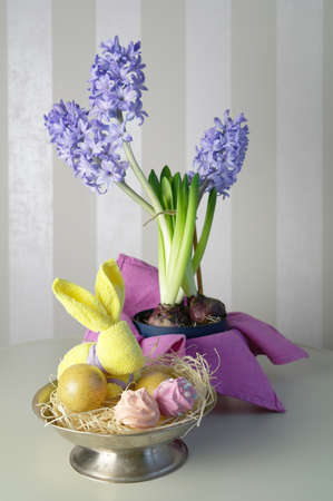 Easter bunny, lilac hyacinths and pink meringues, spring still life, selective focus. High quality photo Zdjęcie Seryjne
