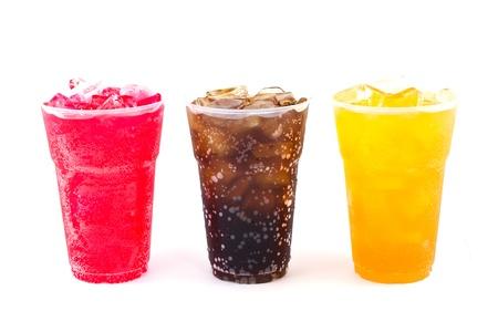 frais, l'eau glacée dans une tasse en plastique