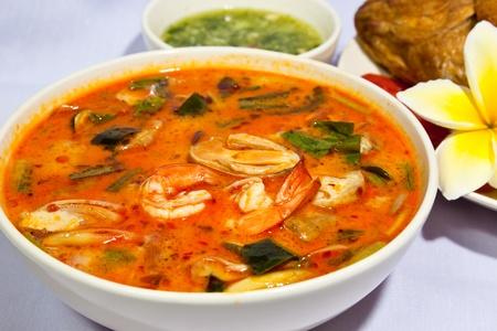 Soupe de Tom Yum, une soupe thaïlandaise crevettes épicée traditionnel  Banque d'images