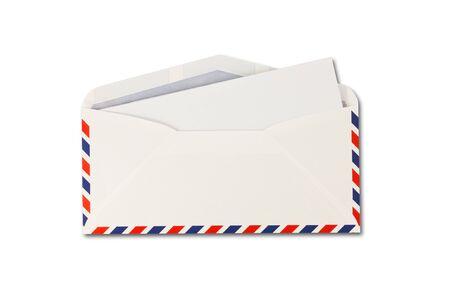 Enveloppe ouverte par la poste de l'air et du papier isolé sur fond blanc