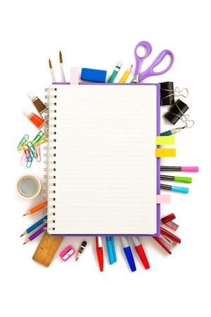 bureau et outil d'étudiant sur fond blanc