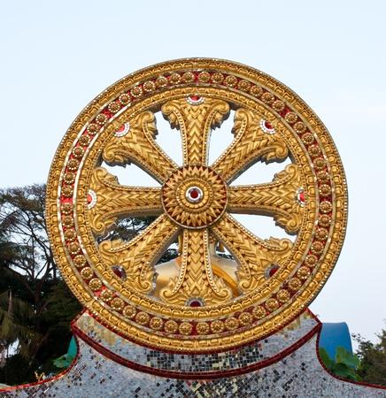 dhamma: Ruota del Dhamma, simbolo del Buddhismo Archivio Fotografico