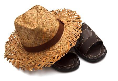 hommes sandales et un chapeau