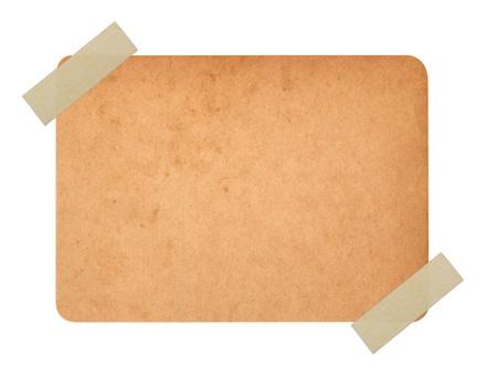 Gros plan d'une des cartes postales anciennes sur fond blanc