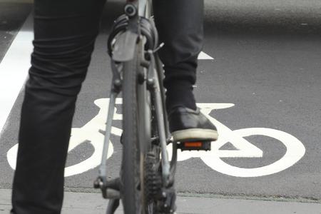 The bike cross, bike across the street, signs, bike, bike lenses. Banco de Imagens