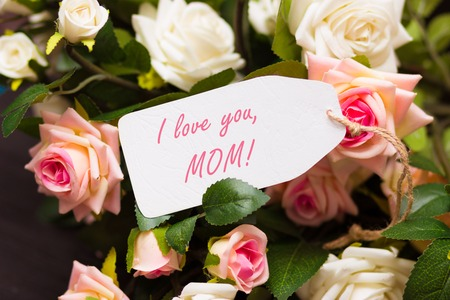 agradecimiento: Tarjeta del día de madres con las rosas rústicas en tabla de madera Foto de archivo