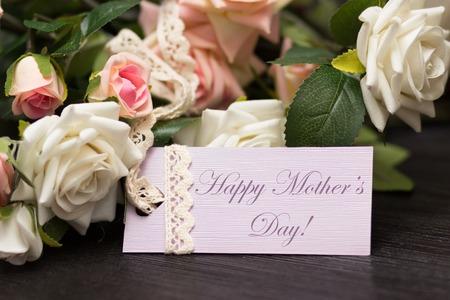 gratefulness: Tarjeta del d�a de madres con las rosas r�sticas en tabla de madera Foto de archivo