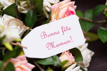 agradecimiento: Tarjeta del d�a de madres con las rosas r�sticas en tabla de madera Foto de archivo