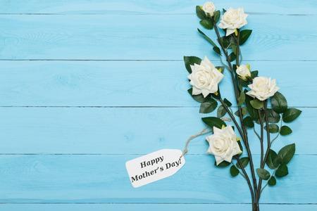 agradecimiento: Tarjeta del día de madres con las rosas rústico en el fondo de madera azul