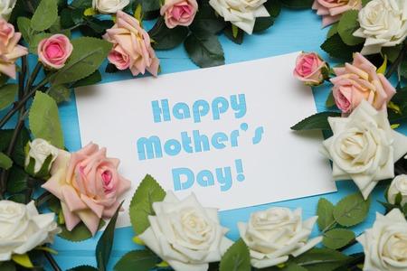 gratefulness: Tarjeta del d�a de madres con las rosas r�stico en el fondo de madera azul