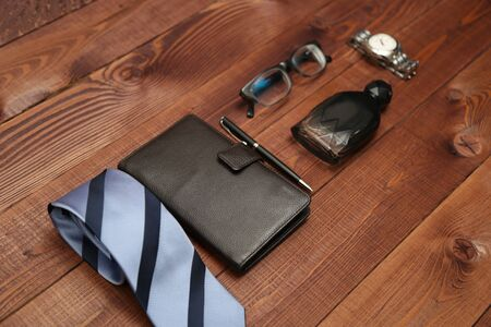Plat leggen shot van mannen mode. Heren accessoires. Heren das, portemonnee, parfum, horloge en brillen. Stilleven. Zakelijke uitstraling.