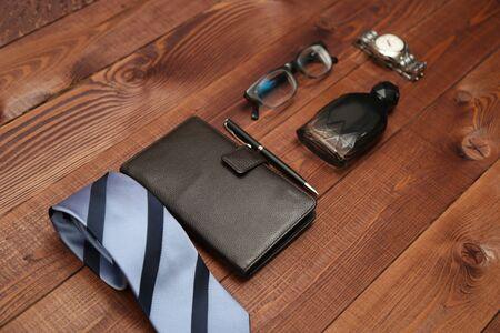 Flat lay tiro de la moda de los hombres. Accesorios para hombres. Hombres corbata, cartera, perfume, reloj y anteojos. Bodegón. Mirada del negocio.