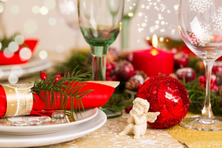 Beautifully set table in red and gold for Christmas Eve Standard-Bild