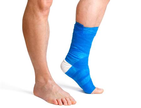 Homme avec une jambe cass�e avec un bandage sur un fond blanc photo