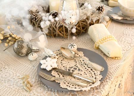 encaje: Situado en un precioso cuadro en blanco shabby chic para la Nochebuena Foto de archivo