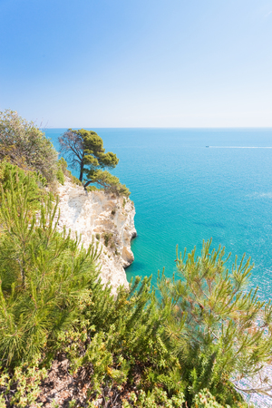 Grotta della Campana Piccola, Apulia, Italy - Mediterranean coastline at its best Standard-Bild - 101058050