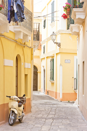 Gallipoli, Apulia, Italy - A motor scooter in a historical alleyway Standard-Bild - 101535362