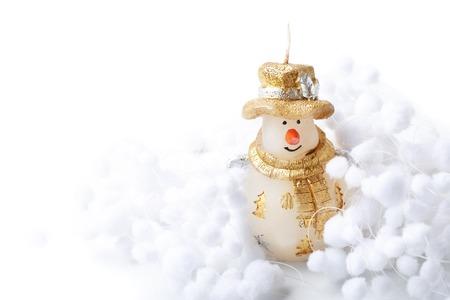 palle di neve: Pupazzo di neve Candela e palla di neve decorare per buon Natale e felice anno nuovo su sfondo bianco con posto per il testo