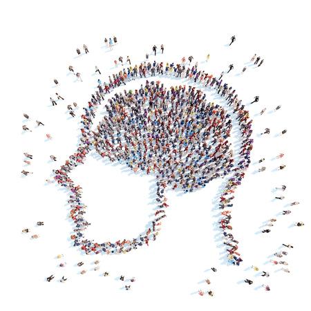 Un gran grupo de personas en la forma de la cabeza con el cerebro. Fondo blanco.