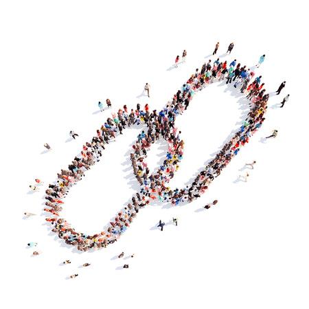 Gran grupo de personas en la forma de un eslabón de la cadena. Fondo blanco.