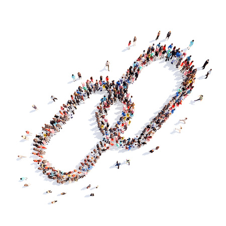juntos: Gran grupo de personas en la forma de un eslabón de la cadena. Fondo blanco.
