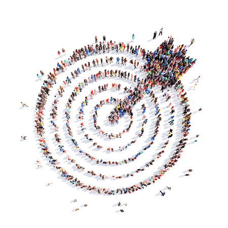 liderazgo: Un gran grupo de personas en la forma de un blanco con una flecha, apunta. Aislado, fondo blanco. Foto de archivo